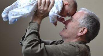祖父と赤ちゃん